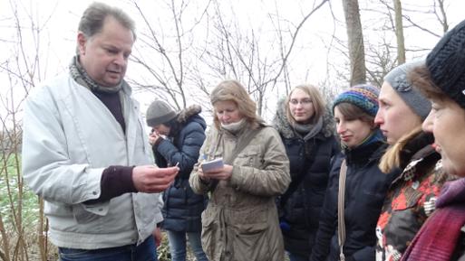 Jörg Frenz (links) erklärt den interessierten Exkursionsteilnehmern die Unterschiedung winterlicher Gehölze   Bild: Thomas Hövelmann