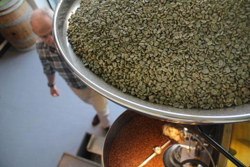 Les grains de cafés verts sont torréfiés à l'atelier de torréfaction de Clermont-Ferrand de manière artisanale. Le café est ensuite transformé en grains, moulu ou en capsules. Eric Chazal propose un café aux arômes uniques à découvrir !