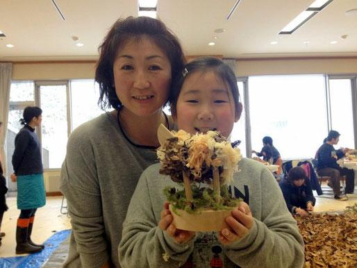 親子ふれあい塾主催の「親子ふれあい教室」は、親子で楽しむモノづくり。折り紙やストーンペインティング、アースアートが楽しめます。