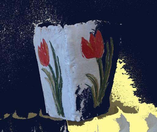 Vaso in ceramica con tulipani