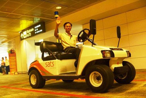 Xe điện ở sân bay Changi, Singapore. 11/2011