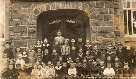 Untere Reihe, 11. von links (dunkles Kleid, grosser, weisser Kragen, Wilhelmine Heil, geb. 14.08.1906