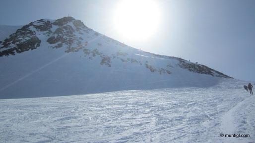 Die letzten Meter rauf zum Gipfel waren spektakulär aber nicht schwierig, nahmen die Ski mit rauf, wollten ja die Nordabfahrt wagen.