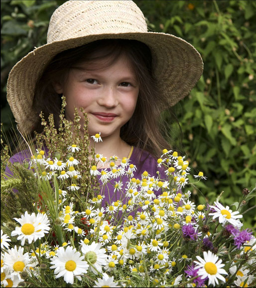 Mädchen mit Blumenstrauß - Foto: NABU/Christine Kuchem