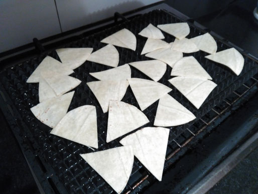 How to arrange the low-fat nachos on a tray for spraying with oil and baking.