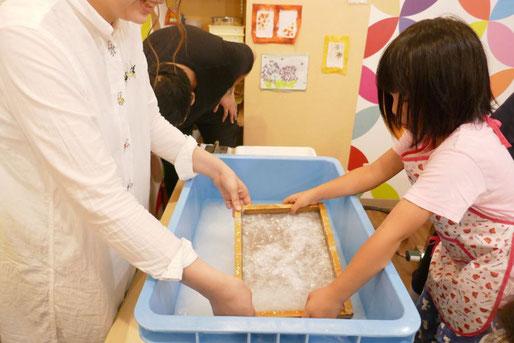 幼稚園児クラスの紙すき体験で、最初に紙すきをおこないました。均一の厚みになるように原料をすくいます。