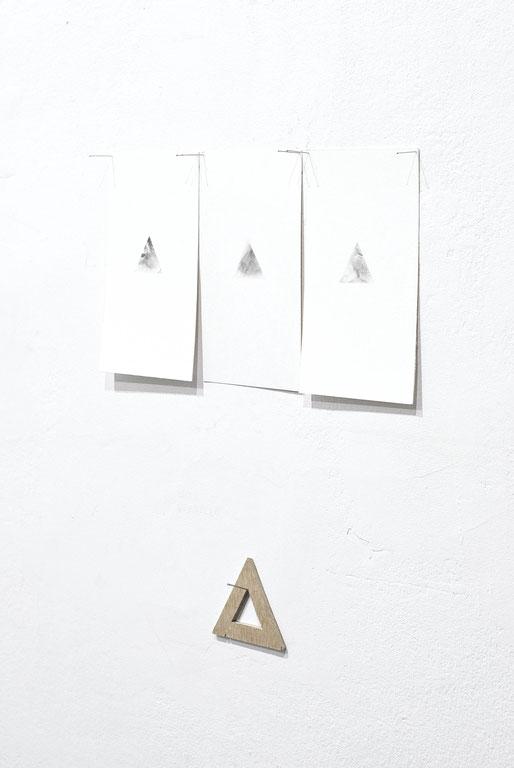 [ Beacons ] Instalación de dibujos y el triángulo de madera con el que han sido realizados. Detalle.