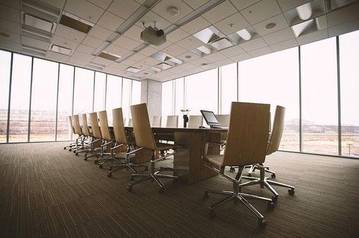 Eine Haftpflichtversicherung schützt dein Unternehmen bei berechtigten Schadenersatzforderungen.