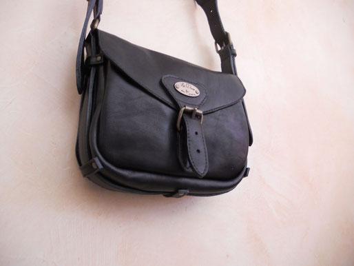 """Sac """"Tobias"""", en cuir de vachette, deux poches principales plus une petite poches à l'intérieur, bandoulière réglable.  22*18 cm. 160 euros."""