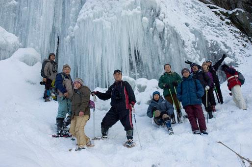 瀑氷の前で記念写真