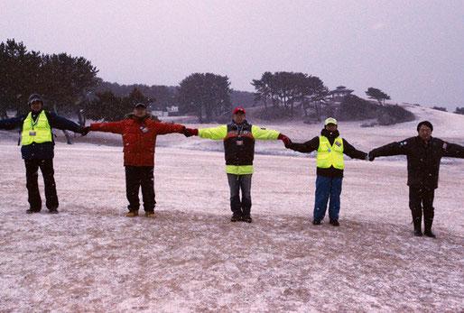 黙祷する鳥谷部理事(左から2番目)・田子の小熊(中央)、鳥谷部さんは撮影を担当してくれた