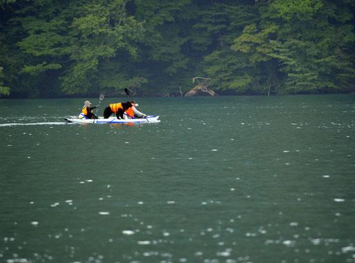 犬をボートに載せて遊んでいる人がいた。