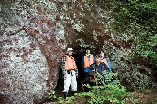 調査メンバー 洞窟の前で、日本地質学会・松山力さん、北里大学の先生2名、前列・鳥谷部さん