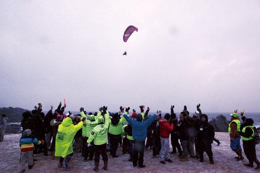 空からもイベントの成功を祝福してくれました。たくさんのボランティアの皆さんのおかげで成功することができました、ありがとうございます。心から感謝申し上げます。来年も開催する予定なので、またご協力ください。日の出はなく厳寒の雪の中のイベントでしたが、心の中はあたたかくなりました。