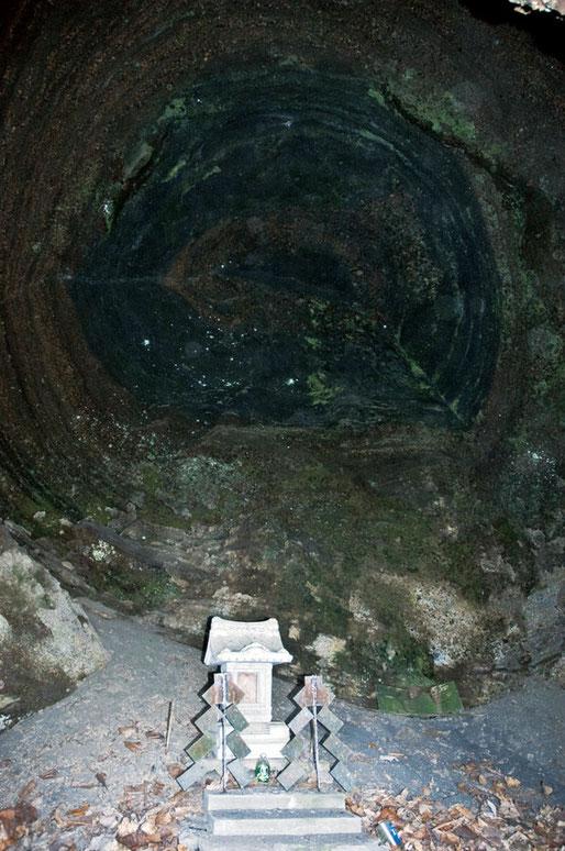 十和田湖の洞窟の中にこんなものがありましたが何でしょう。私は地層に見えたのですが、年輪と考えた方があたっているような気がします。珪化木だとすれば幹周10mぐらいになるでしょうか。これって大発見ではないのかな・・・。場所はまだ秘密です。