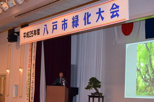講演する田子の小熊  パワーポイントを使用し青森県の巨木を紹介する