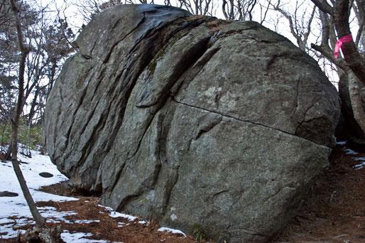 燈明堂付近には不思議に巨石があちこちにあります。10個以上あるようです。不思議というのは他にはないのにこの付近だけに集中して何トンもある石があるのです。霊気がただよっている感じです。