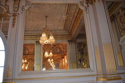 Reflet du plafond dans ce grand miroir. Ces glaces avaient 2 buts : renvoyer la lumière et donner l'illusion de profondeur