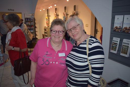 Offene Lesebühne für Hobbyautoren in der Stadtbücherei Lüdenscheid - Milla Dümichen und Rosa Ananitschev.