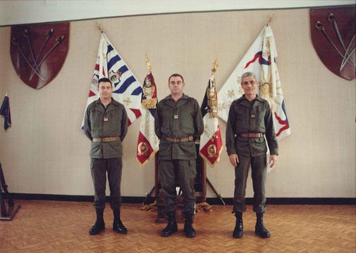 Salle d'Honneur du régiment, de g. à d. : X/officier supérieur adjoint (OSA), LCL CUVELOT/commandant en second (CES), X/chef du Service Général.