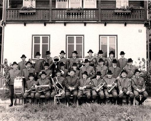 1971: Ehrenkapellmeister Josef Wiesauer (mittlere Reihe v.l.n.r. 7.); Aktives Mitglied Alois Sams (mittlere Reihe v.l.n.r. 4.)