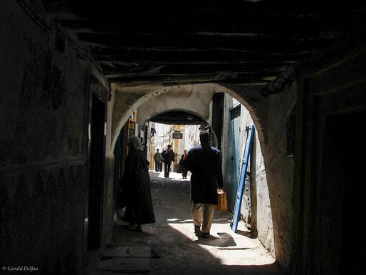 Maroc, Essaouira, un homme dans une ruelle revient de course
