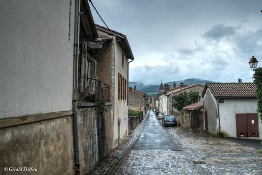 Rue de Bourgogne en France après une averse d'été