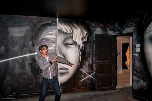 Paris XIII, Exposition de Street Art,visiteur surpris par la prise de vue