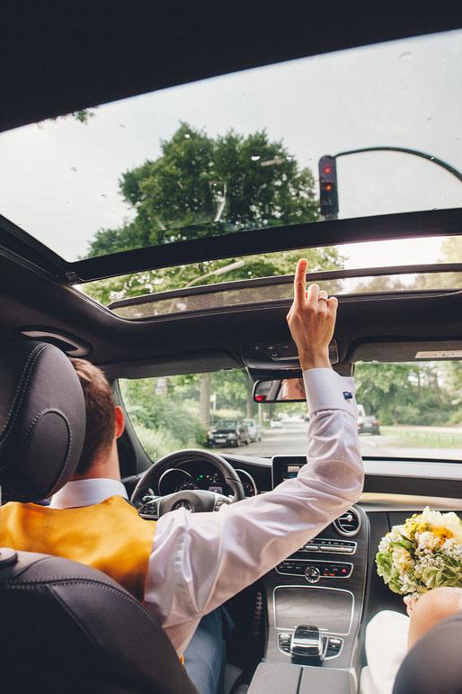 Bräutigam im Auto, Hochzeitsfoto von Anne Hufnagl