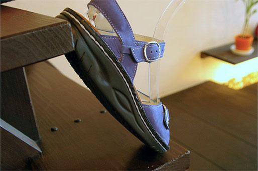 ゆりかご型の靴底は中央部分は平らなので安定しています