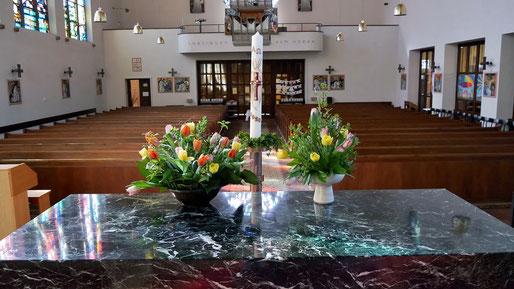 Auch wenn die Osternachtsfeier diesmal ohne Gläubige stattfinden muss, wurden Osterkerze und Blumenschmuck vorbereitet. Foto vom Karsamstag 11.April 2020.