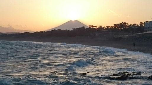 大磯照ケ崎海岸から見るダイヤモンド富士(2018年4月9日撮影)