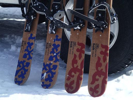 ゲストさまが空路はるばる持参したスキーシューがこちら。シール付で坂道も登れるヒールフリーの短い板です。薪ストーブ用の焚き付けを一気に拾い集める時など、数年前からは雪原で距離を歩く時はもっぱらこれになっちゃった。多少の新雪や長距離の移動も楽チンです。