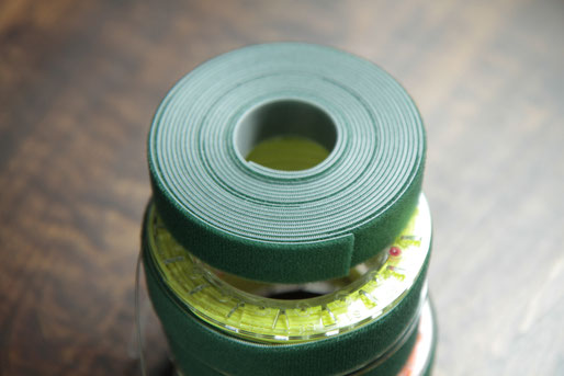マジックバンド 結束テープ両面20㎜。写真の商品はTRUSCO社のもの(下に販売先のリンクあり)。グリーンを選んだ理由はこの色が安かったというだけ(笑。