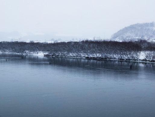 幅200mはあるだろうか。時には雪景色の中、ガイドの氷を取り去りながらのでの釣りに。