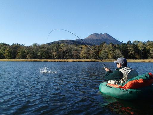 ドライにニンフにストリーマー、ねらい方は自由自在。プカプカ釣り、極上の遊び方です。