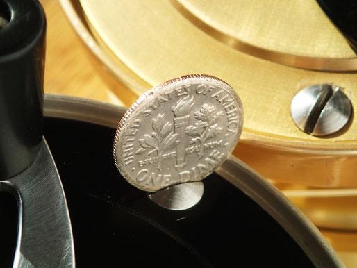 フェイス側のプレートにある三つのマイナスねじにぴったり。誰もがポケットの中に1枚くらい忍ばせている硬貨ということか。どこでもスプール交換できるための配慮。