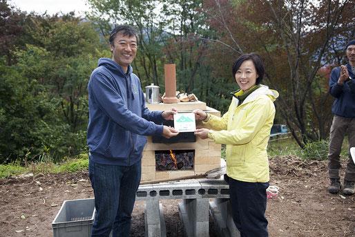 ビザ窯と「岡田里山を耕そう会」の原さん(右)