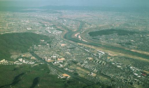 上空から見た島本町全域(左は天王山、中央は淀川、右は八幡市男山)