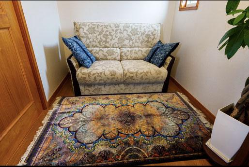 QUM silk  ザロニムサイズ  奥様のひとめぼれにて 当店自慢のABBASSI工房をお選びくださいました。ソファーとクッションのお色にとても良くマッチして素敵です。