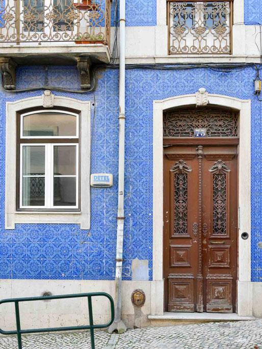 Prächtige Haustüren verzieren die Altbauten in Lissabon