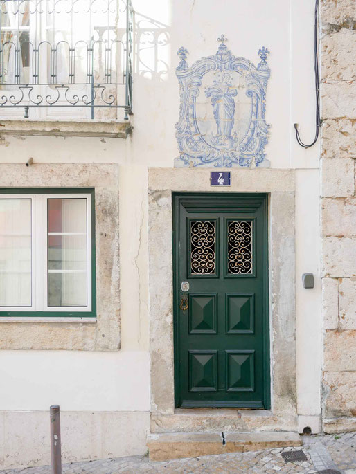 Fliesen als Bedeckung für die ganze Wand oder als Gemälde über dem Eingang sind beliebt
