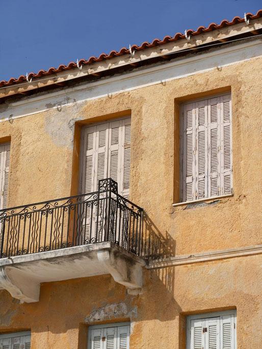 Balkone, Fenster Hausfassade - Hafen von Gythio