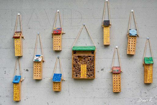 Wildbienen-Nisthilfen aus angebohrten Hartholzklötzchen
