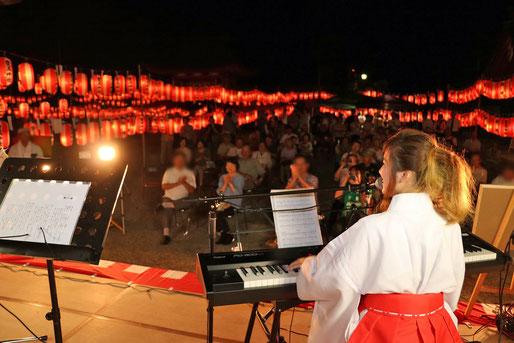 「萬燈祭」境内イベント ③(ゲストアーティストによる巫女姿での演奏奉納)