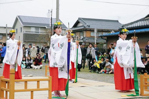 春季例大祭 神幸祭での氏子女子中学生による「浦安の舞」