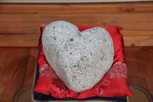 ⑤-1愛を知る川で採れた奇跡の自然石 恋占い「ハート石」