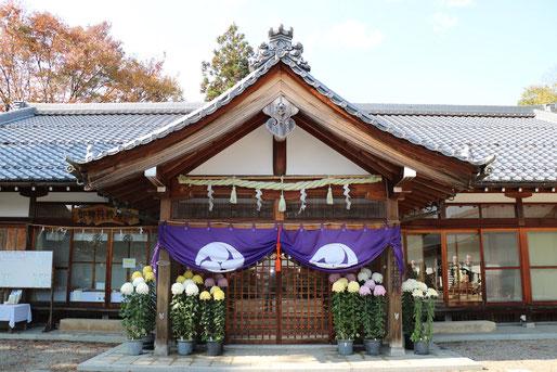 豊満神社社務所(四脚門入って左側)