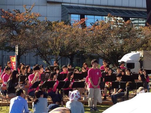 10月17日に高崎市マーチングフェスティバルが開かれました。私たちは市役所庁舎まえでの街角コンサートに参加させていただきました。ポップスなど5曲を演奏させていただきました。