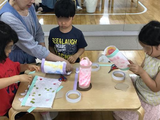 幼稚園児クラスの年中・年長児が、モンテッソーリ活動で、ランプを製作。つくった和紙を円筒状にしてランプのシェードを製作しています。